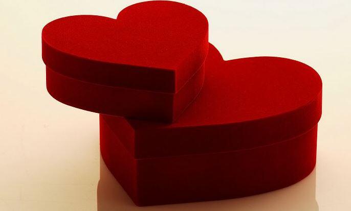 caja roja con forma de corazon