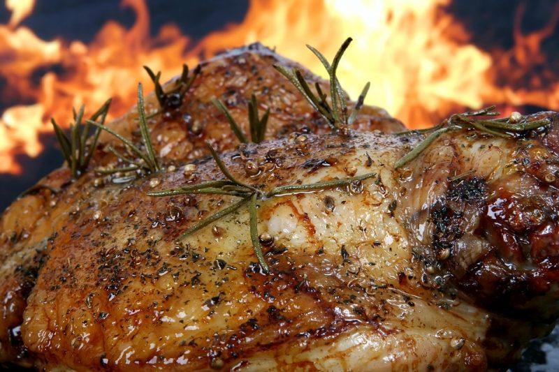 Carne preparándose en una barbacoa