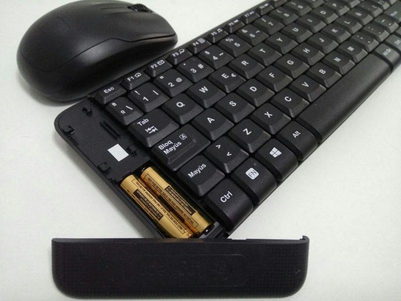 Zona de las pilas del teclado K220