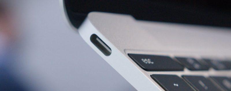 Conector USB Type C en un portátil