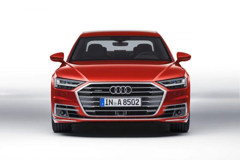 Frontal del Audi A8 de color volcano rojo