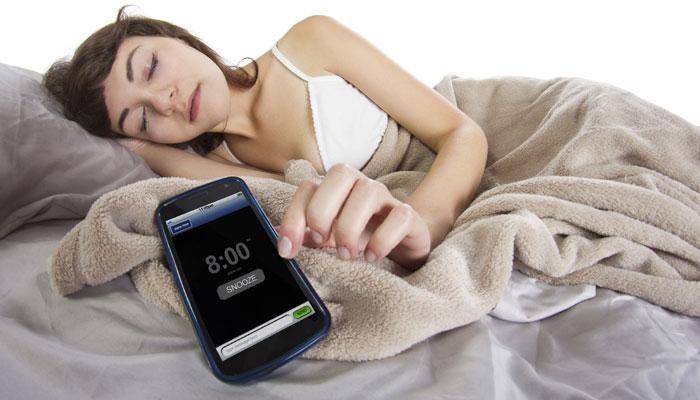 Peligro del teléfono en el cama