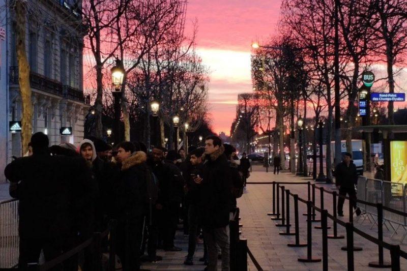 Gente esperando la apertura de la nueva tienda Xiaomi