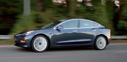 El Tesla Model 3 se conduce solo
