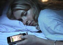 Peligros de dormir con nuestro smartphone cerca de la cama