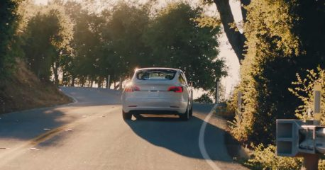 Tesla Model 3 en carretera